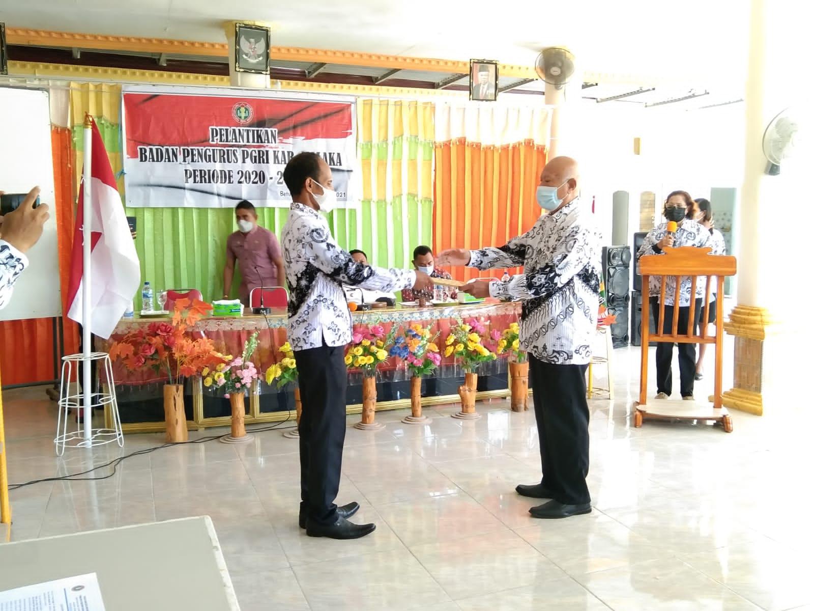 Penyerahan Estafet kepemimpinan PGRI Malaka kepada ketua terpilih
